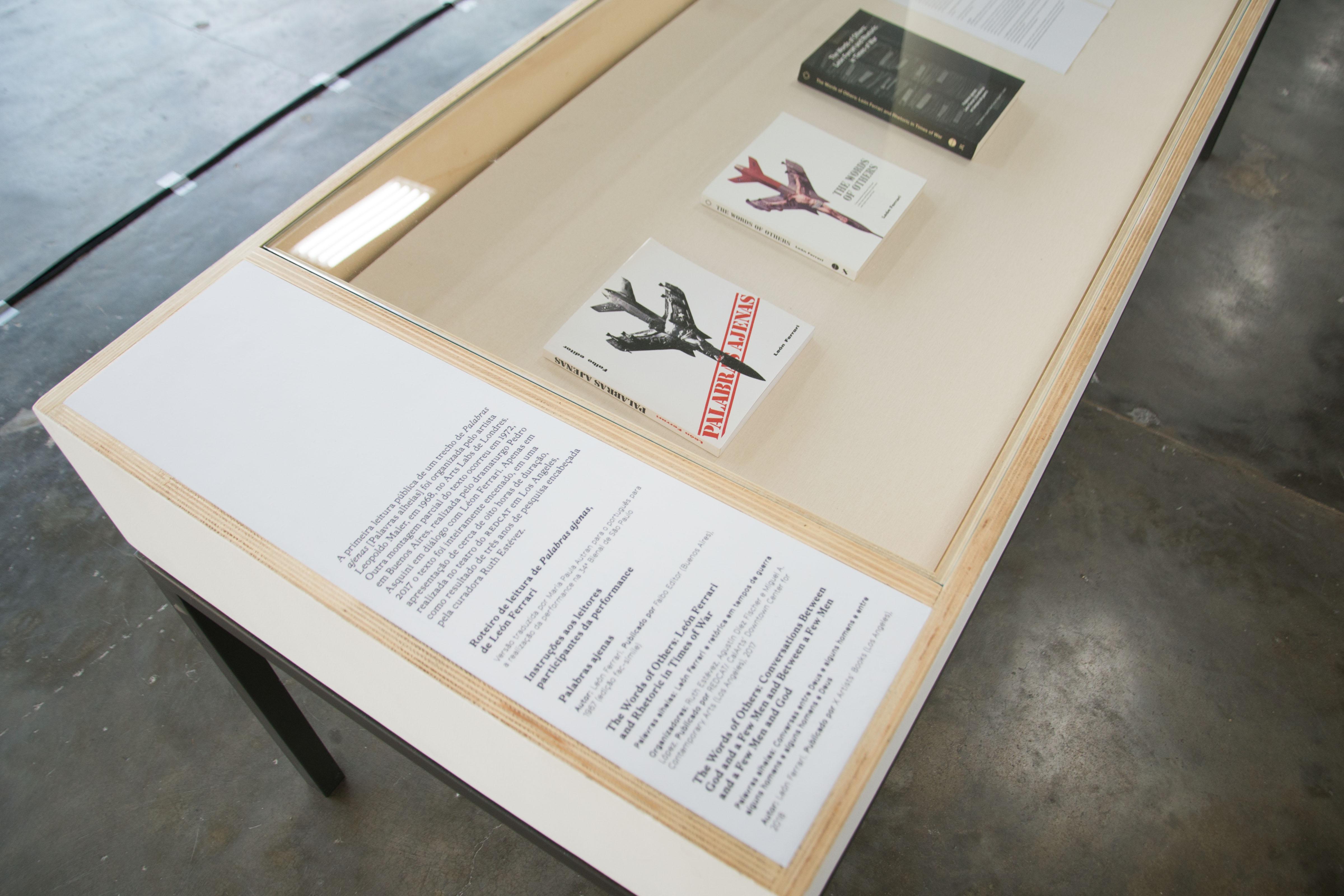 Vista do espaço expositivo dedicado à obra <i>Palabras ajenas</i>, de León Ferrari na mostra <i>Vento</i>. Foto: Levi Fanan / Fundação Bienal de São Paulo