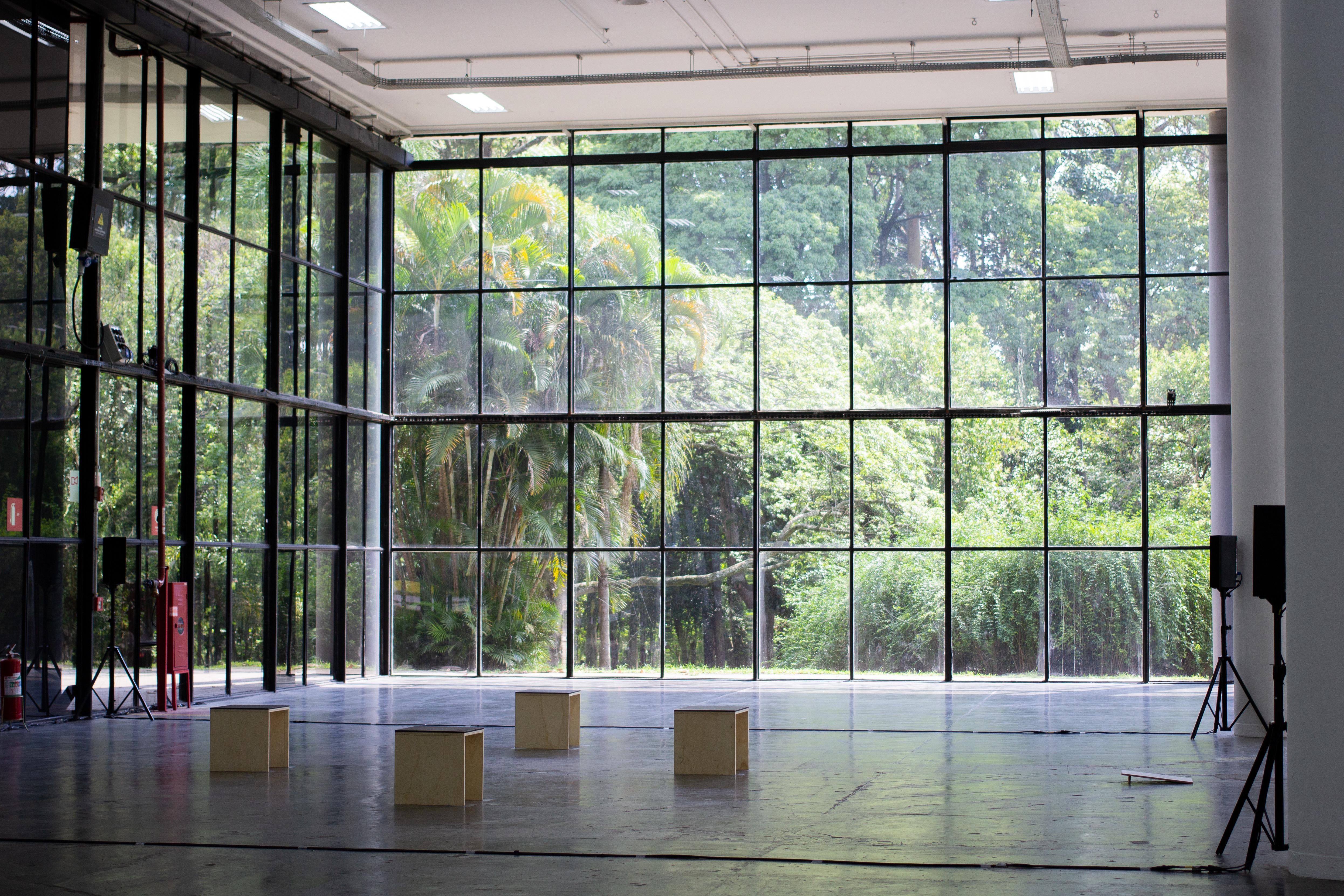 Vista da obra <i>Creación de la tierra</i> de Jacqueline Nova na exposição <i>Vento</i>, parte da 34ª Bienal de São Paulo. Foto: Giovanna Querido / Fundação Bienal de São Paulo