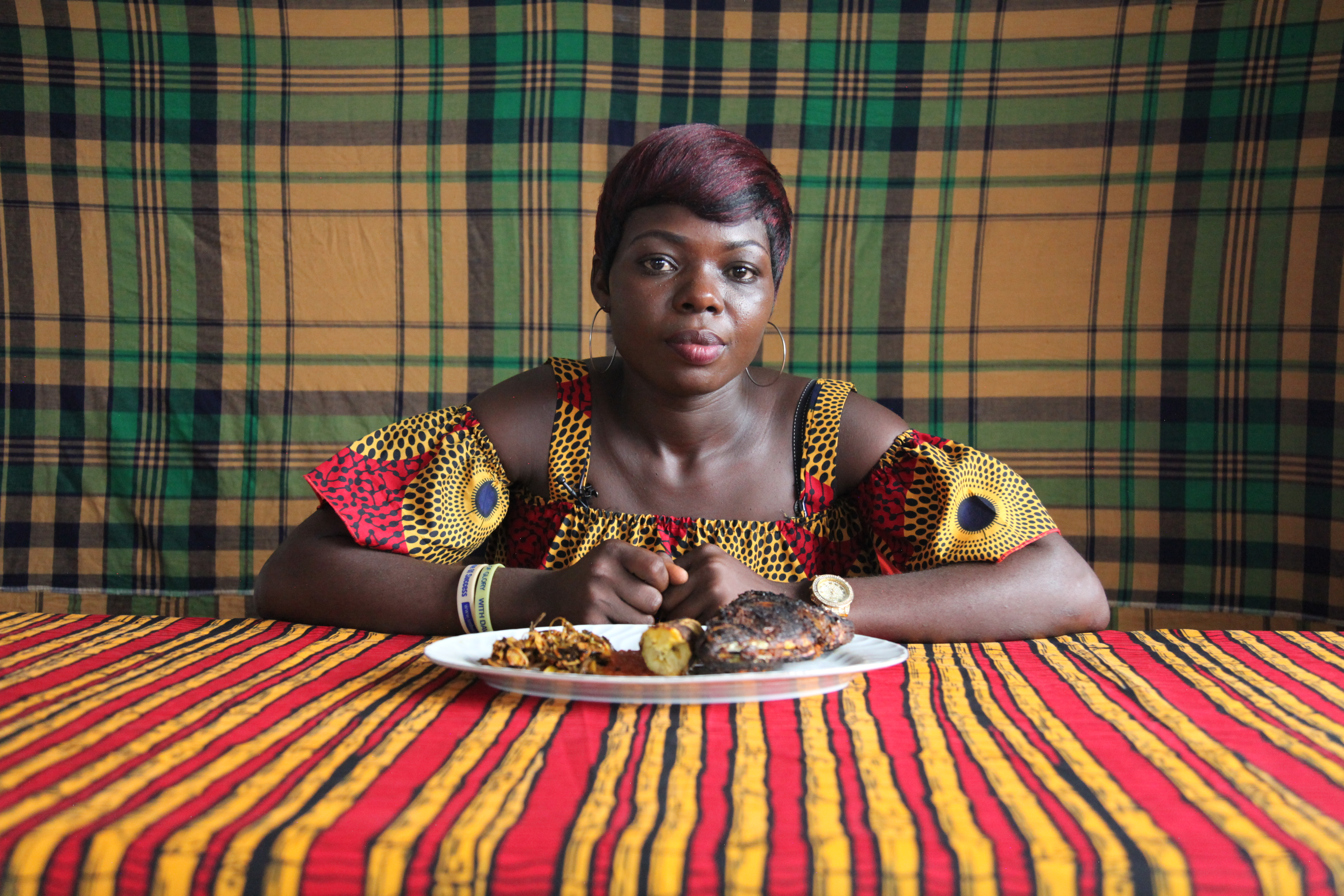 Zina Saro-Wiwa, <i>Table Manners (Season 2): Precious Eats Boli & Fish with Oil Bean</i>, 2019. Cortesia de Zina Saro-Wiwa e Tiwani Contemporary